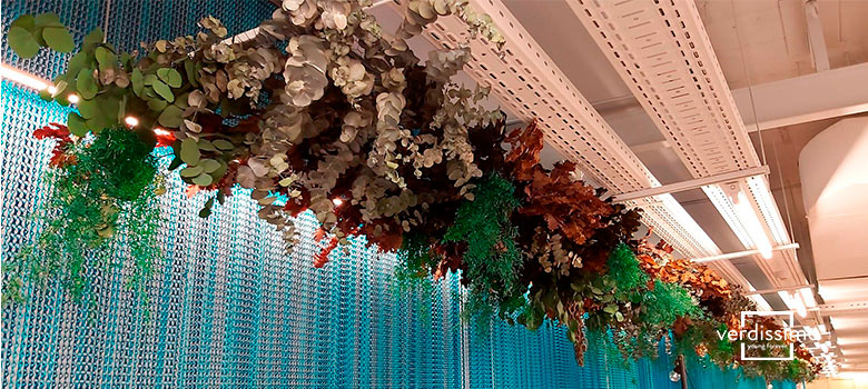 decoration with flowers and hanging plants - verdissimo